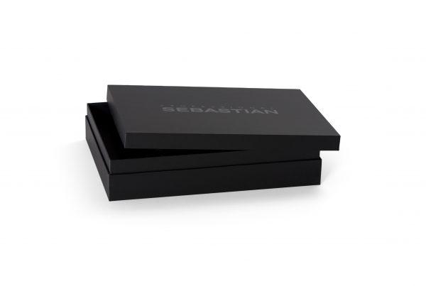 boxen, promotionele verpakkingen, speldozen, spellendozen, speldoos, spellendoos, puzzeldozen, multimediaverpakkingen, muziekverpakkingen, softwareverpakkingen, scharnierdoos, scharnierdozen, presentatiebox, presentatieboxen, product presentatie, presentatiedoos, presentatiedozen, luxe interieurs, geschenkdoos, geschenkdozen, opbergdoos, doosmap, luxe dozen, bodem deksel, productpresentatie, stalenbox, papier omplakte presentatiebox, opbergdoos voor brochures, opbergdoos voor diverse brochures, geschenkdoos verpakking, koffer chinese sluiting, luxe presentatiebox, kartonnen stalenkoffer, stalenkoffer, opbergbox, boxmap, boxmappen, bedrukte boxmappen, luxe dozen, luxe verpakkingen, boxcovers, klepdozen
