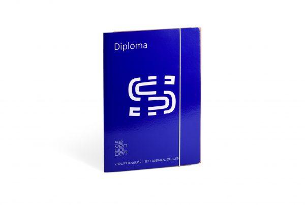 diplomamap bedrukken, diplomamap met elastieksluiting, bedrukte diplomamap, luxe diplomamap, diplomamappen bedrukt, A4 diplomamap, bedrukte diplomamappen, rapportmappen basisschool, rapportmappen bedrukken, diplomamappen bedrukken, diploma bewaarmap, opbergmap voor diploma's